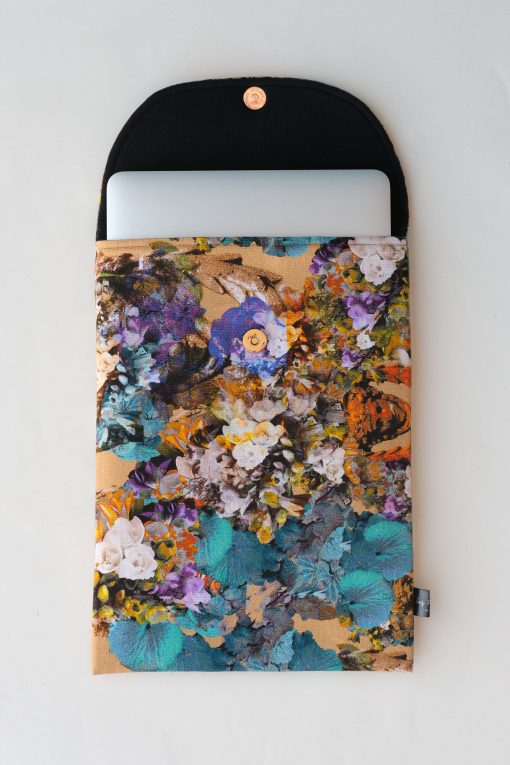 Floral laptop sleeve in beige and blue.